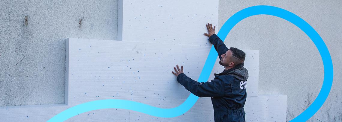 artisan isolant un mur par l'extérieur