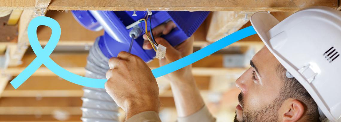 artisan installant un système de ventilation