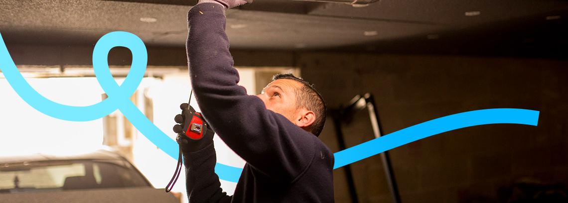 Artisan mesurant avec un metre sur plafond sous sol