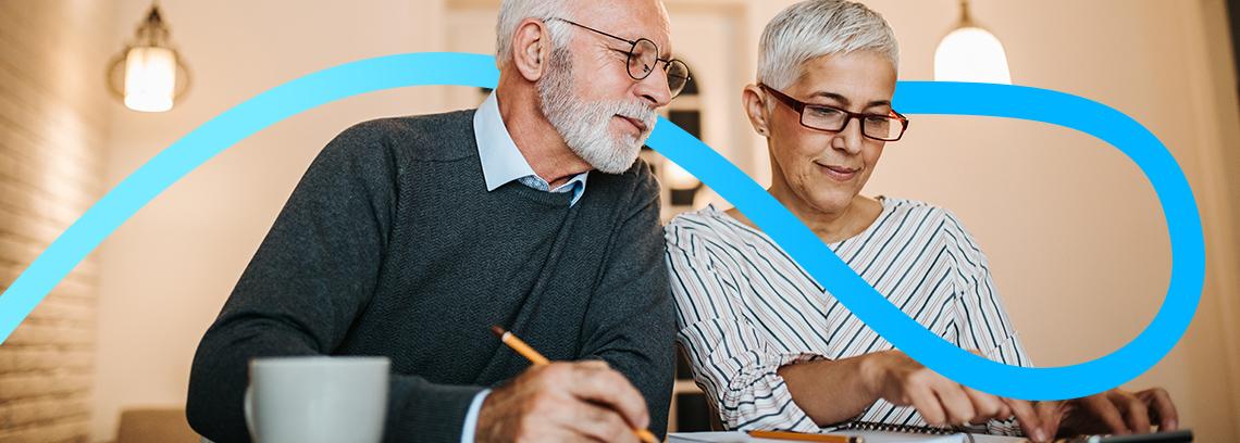 Couple portant des lunettes aux cheveux gris regardant un document