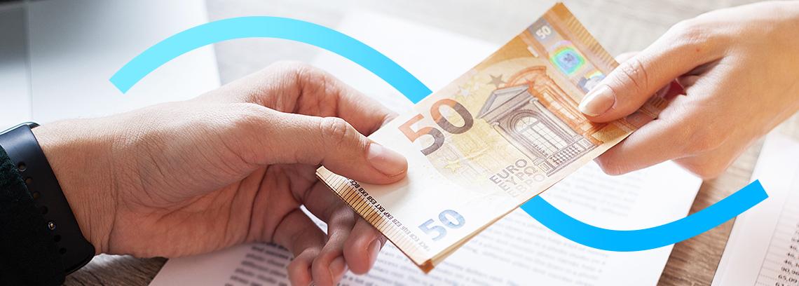 Deux mains echangeant des billets de 50 euros
