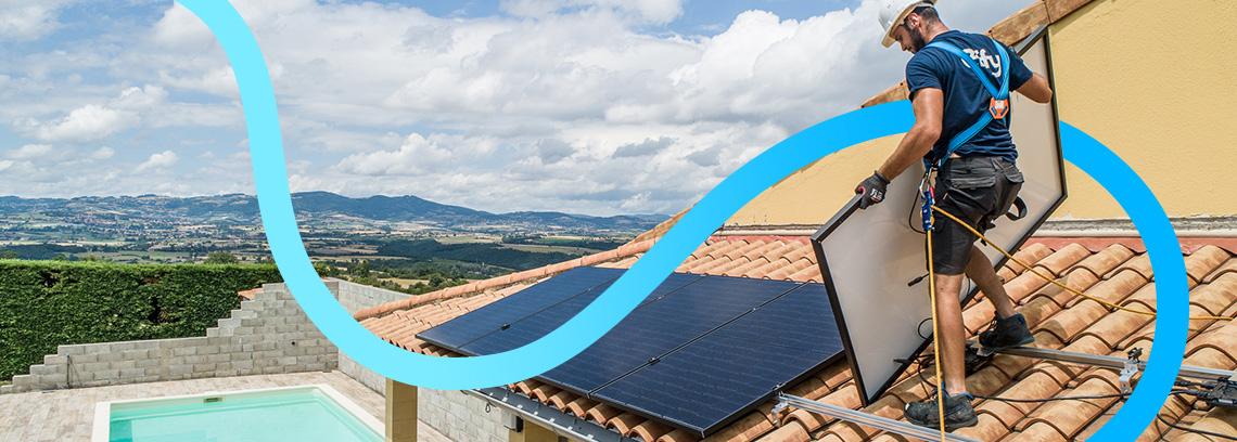 Artisan avec equipement de securite installant un panneau photovoltaique