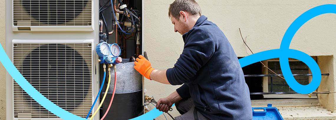 Artisan effectuant des reglages sur pac air eau