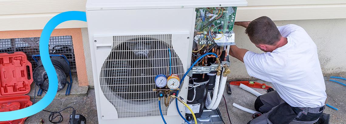 Artisan installant l unite exterieure pac air air