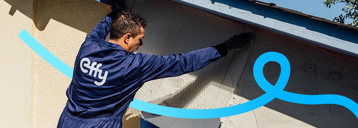 Artisan preparant le mur pour la pose de l isolant
