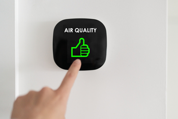 Doigt appuie sur un bouton pour améliorer qualité de l'air intérieur