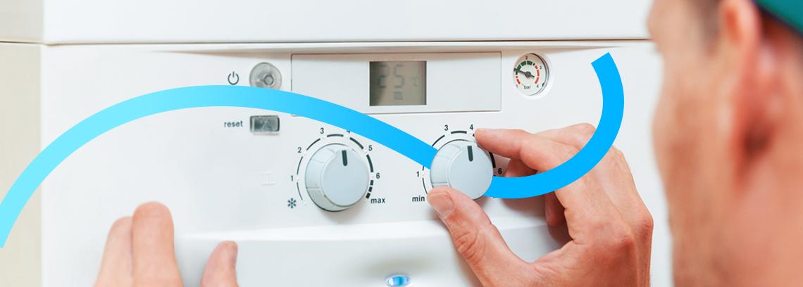 Homme programmant une chaudiere a condensation