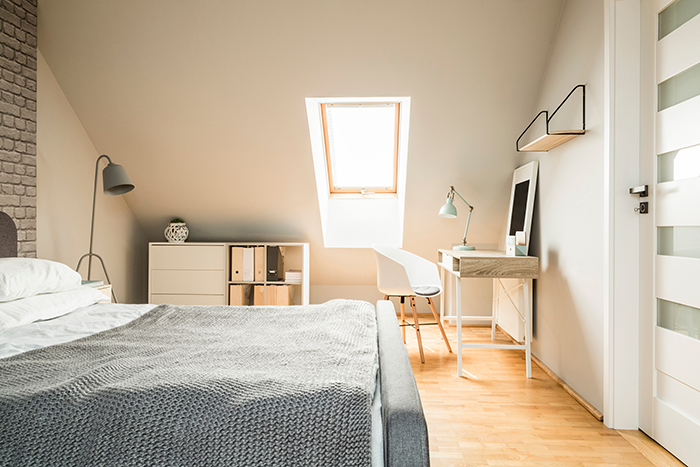 Chambre sous un toit avec Velux