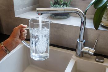 Eau chaude sanitaire qui coule d'un robinet